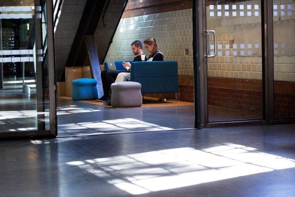 inngang_butikk_sofa_mennesker_huset_doga_sverre-jarild